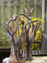 Conny Mahieu tuinkeramiek met bronsje Drieduister 50 x 45 x 65 cm          € 1.900,00