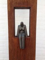 1 Lamers - Zittende vrouw, ijzer, keramiek, 1900,--