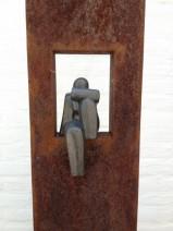 4 Lamers, Zittende vrouw, ijzer, keramiek, 1400,--